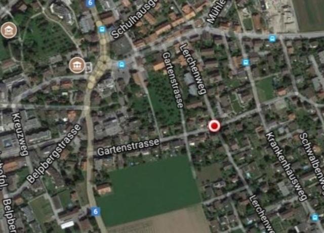 Um am Abend den Stau in Zentrum von Münsingen zu umfahren, nutzen Autofahrer die Gartenstrasse und den Lerchweg. Der Regierungsstatthalter untersagte der Gemeinde Münsingen, an der Kreuzung (roter Punkt) ein Linksabbiegeverbot zu installieren. (Bild: Google Maps)