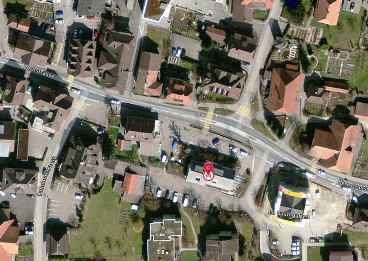 Das Postgebäude mit den Parkplätzen gehört zum Dorfkern von Stettlen. (Bild: Map.search.ch)