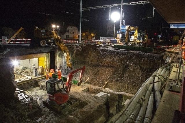 Tiefe Grube: Die Bauarbeiter bereiten alles für den Einschub der neuen Unterführung vor. (Bild: Enrique Muñoz García)