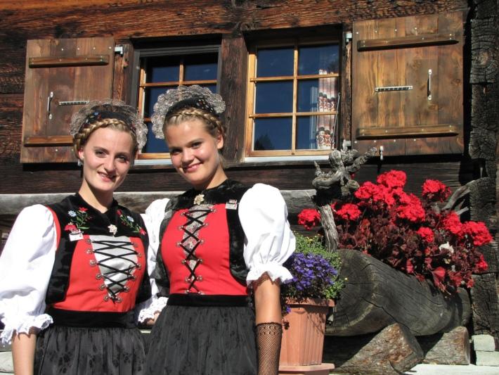 Treten in der Eintracht Oberthal auf: Die Kleiner Prix Walo-Preisträgerinnen Natascha und Maruschka Monney aus St. Antoni. (Bild: zvg)
