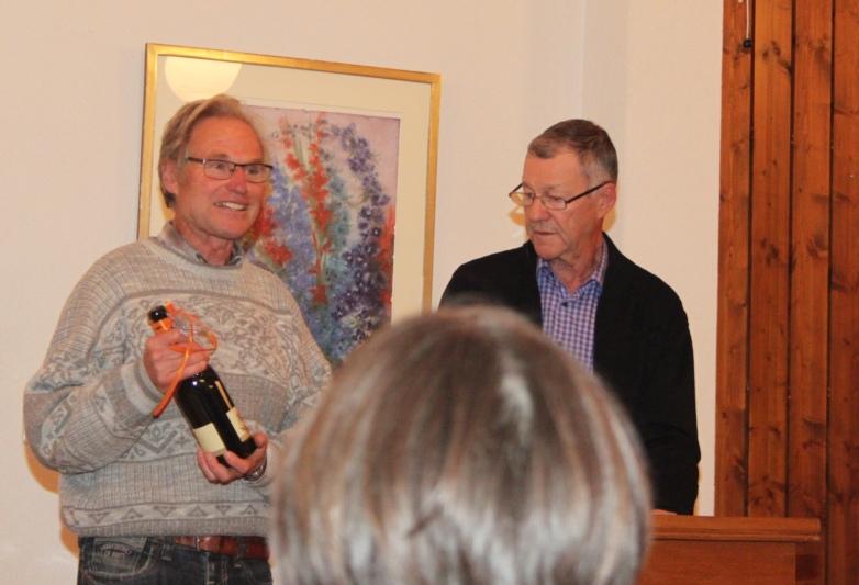 Hansruedi Gammenthaler (rechts) überreichte Werner Weber (links) als Dank für die Lesung eine Flasche Wein. (Bild: Willi Blaser)