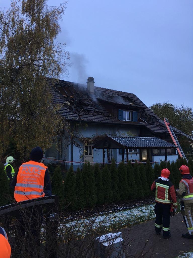 Zum Löschen des Feuers musste das Dach geöffnet werden. (Foto: zvg / Feuerwehr Wichtrach)
