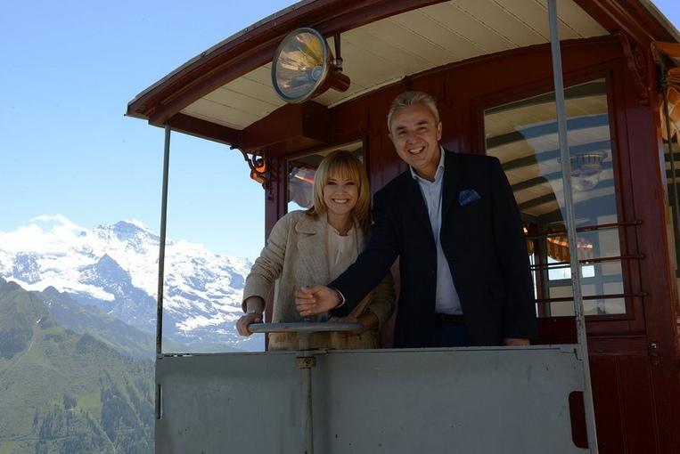 Francine Jordi wird Markenbotschafterin der Schynige Platte und posierte Ende Juni bei der Vertragsunterzeichnung mit Urs Kessler, CEO der Jungfraubahnen. (Bild: zvg / Berner Zeitung BZ)