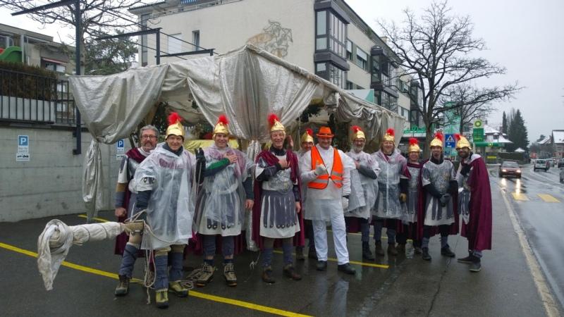 Es kann losgehen: Die Schisshüsler kurz vor dem Mittag beim Treffpunkt vor dem Bären Münsingen. (Bild: zvg)