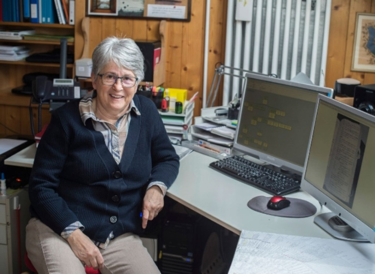 Therese Metzger profitiert schon seit längerem von den digitalisierten Kirchenbüchern. (Foto: Franziska Rothenbühler)
