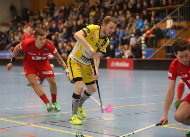 Ivan Brechbühl (Mitte) von den Unihockey Tigers beschäftigt gleich mehrere Gegenspieler. (Bild: Markus Wehner)
