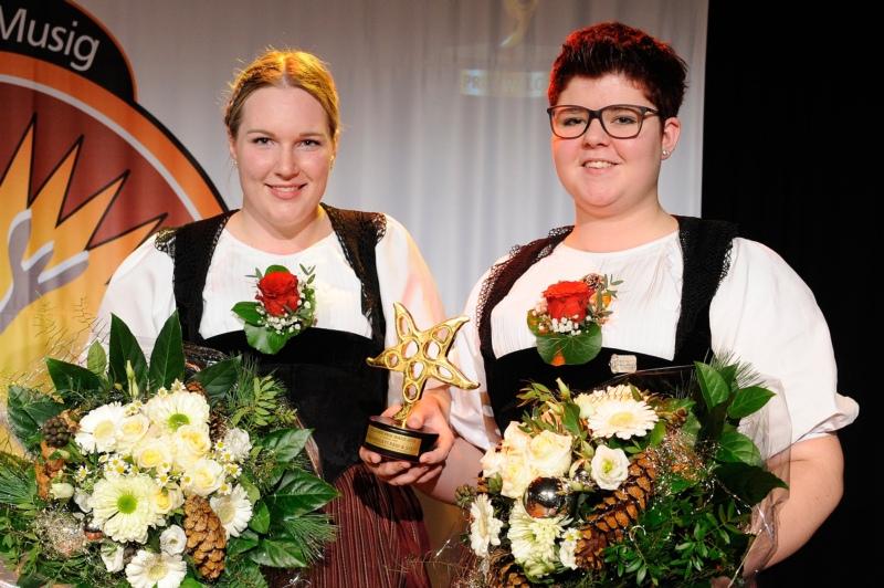 Stefanie Matter (links) und Patricia Zaugg mit der vom Schweizer Künstler Rolf Knie geschaffenen Prix Walo-Skulptur. (Bild: zvg)