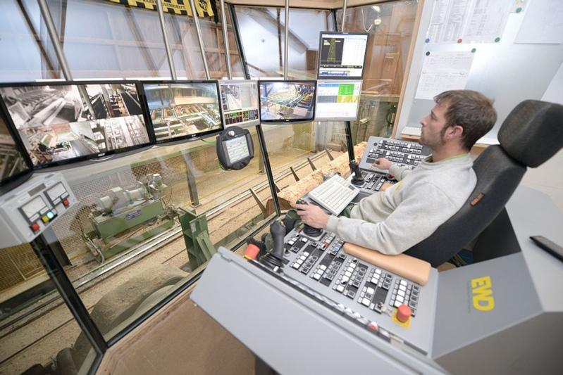 Den OLWO-Mitarbeitern über die Schulter schauen: Besucherinnen und Besucher können auf einem Rundgang den Betrieb besichtigen. (Bild: zvg)