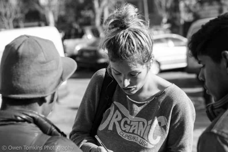 """""""Wir versuchen auch die Leute, die auf der Strasse leben müssen, zu erreichen."""": Fiona Hutmacher beim Besuch einer Essensausgabestelle für Obdachlose. (Bilder: Owen Tomkins / zvg)"""