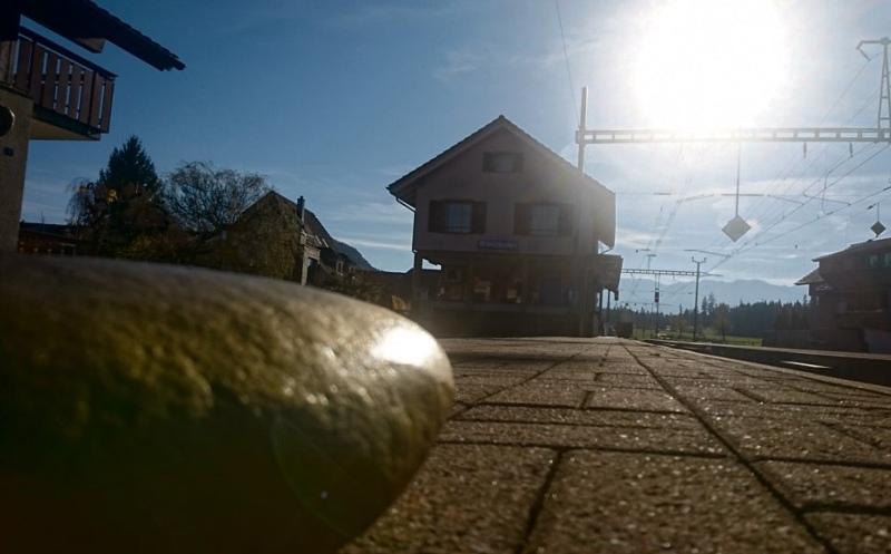 Ein goldener Stein am Bahnhof Brenzikofen: Hier startet ab dem nächsten Jahr der Erlebnisweg Brenzikofen. (Bild: Marco Zysset)