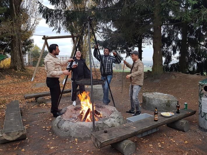 Austausch im ungezwungenen Rahmen: Die Treffen der Männerplattform finden auch mal bei Bier und Bratwurst im Wald statt. (Bild: zvg)