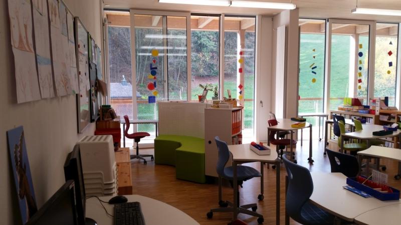 Solche Möbel stehen schon bald in Konolfingen: Ein Klassenzimmer in Spreitenbach, das bereits mit Möbeln der Serie Shift+ der Firma VS ausgestattet ist. (Bild: zvg)