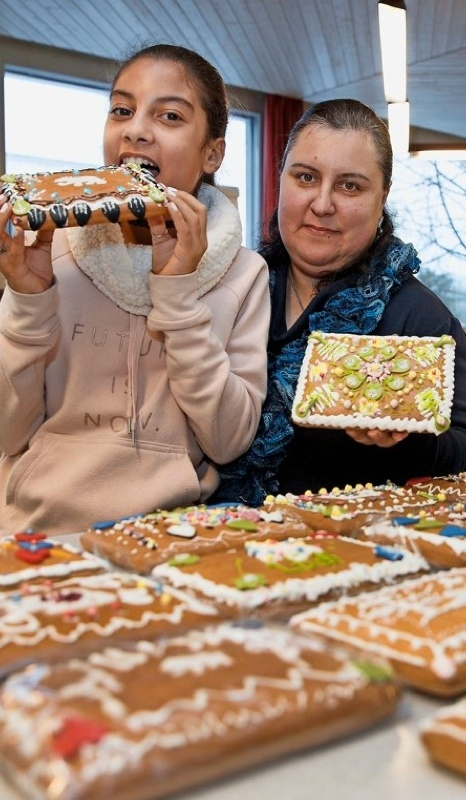 Irina Masoud präsentiert mit Tochter Monika den selber geschmückten Lebkuchen. (Bild: Christian Pfander)