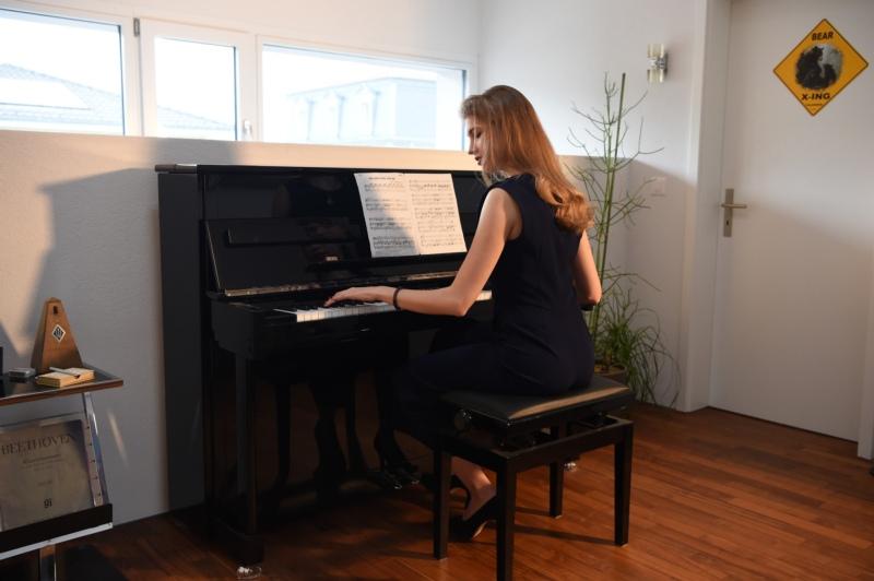 Eines ihrer Hobbies: Céline beim Klavierspielen.