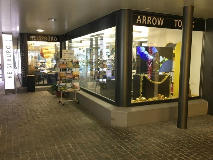 Der Standort am Dorfplatz bleibt, ab Januar heisst Arrow Tours jedoch neu Schär-Reisen. (Bild: BERN-OST)