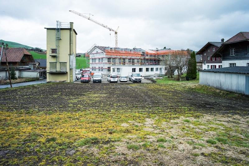 Blick auf das Areal der Arm AG in Biglen: Im gelben Silo entsteht eine exklusive Turmwohnung. (Bild: Gaudenz Danuser)