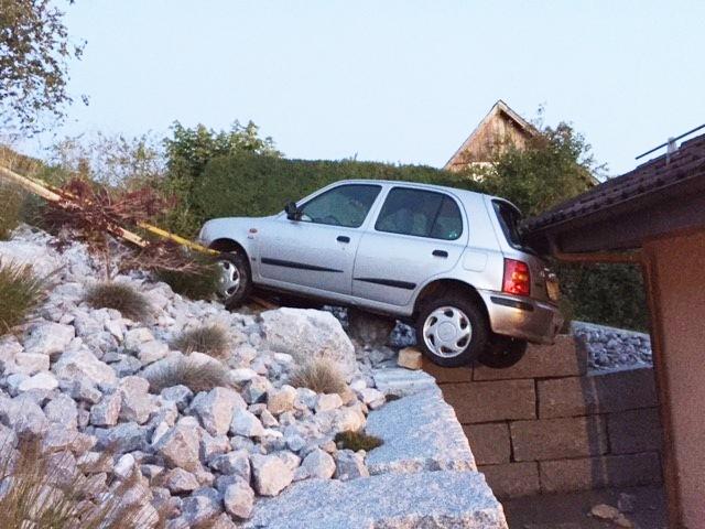 Glück im Unglück: Der Nissan Micra wurde von einem Hausdach gestoppt. Die Lenkerin blieb unverletzt. (Bilder: zvg)