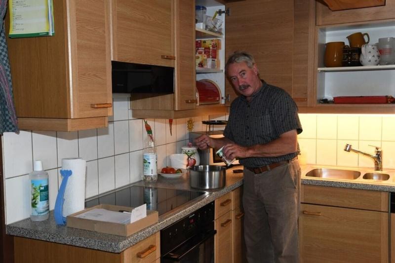 Nachdem seine Ehefrau den Hof verlassen hatte, musste er das Kochen lernen. (Bild: Res Reinhard)