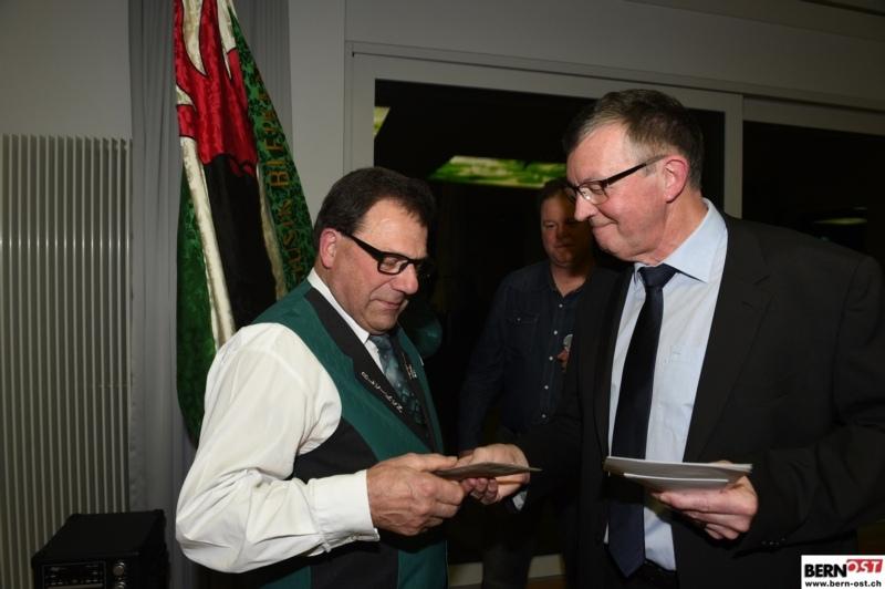 Gemeindepräsident Hans Ulrich Vogt (rechts) überreicht dem Geehrten den Anerkennungspreis.