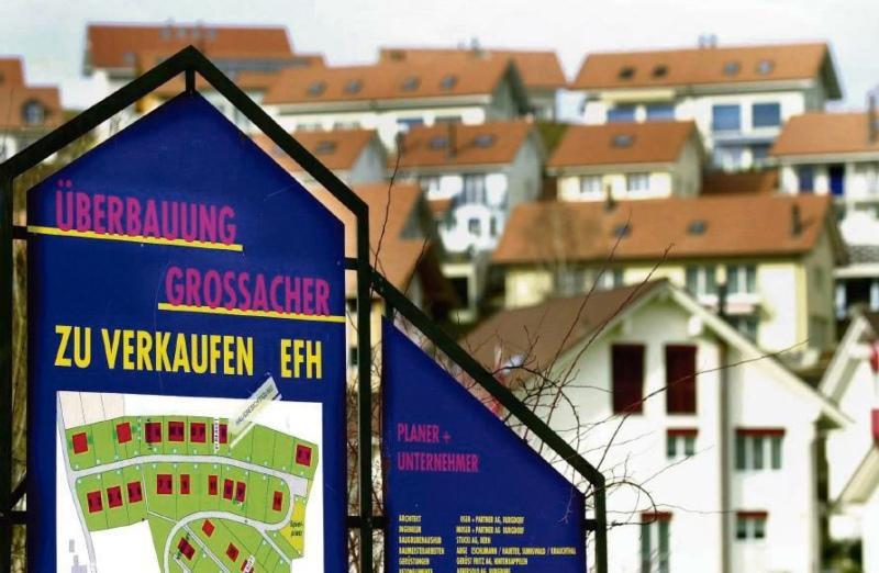 Der Bau von Einfamilienhausquartieren, wie hier in Krauchthal, laufen den Zielen der Siedlungsentwicklung gegen innen zuwider. (Foto: Adrian Moser)
