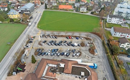 Die Migros in Konolfingen soll in einen Neubau auf der Wiese hinten ziehen. Was mit dem bisherige Gebäude geschieht, ist noch ungewiss. (Bilder: zvg, Berner Zeitung)