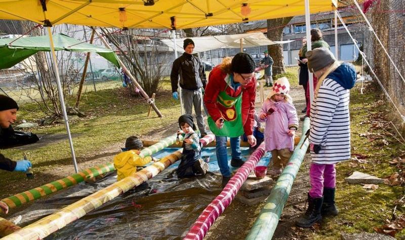 Freiwillige bemalen Krummholz für den neuen Spielplatz. (Bild: Urs Baumann)