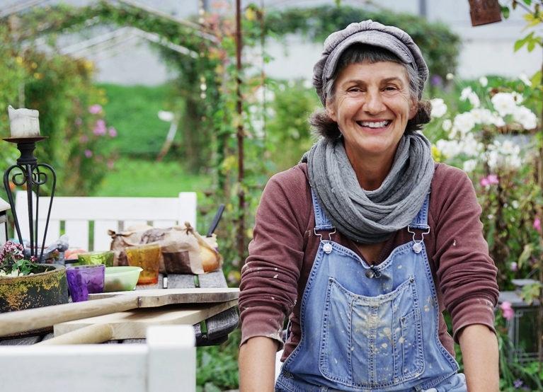 Ruth Leuenberger hat im Frühling 2015 in Münsingen ein Feld übernommen und darauf den Kulturgarten Rossboden realisiert. (Bild: SRF)
