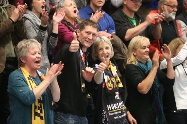 Gute Stimmung bei den Fans: Die Unihockey Tigers laden zum Racletteplausch mit Autogrammstunde ein (Bild: unihockeytigers.ch).