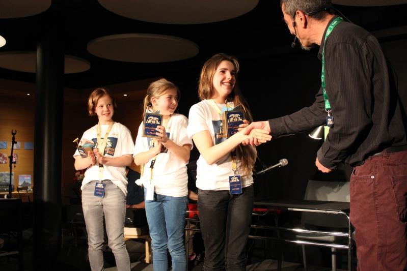 Die drei Besten werden geehrt: Noémi Rentsch nimmt ihren Preis von Adriano Manzone entgegen. Jana Vögeli aus Schüpbach (links) erreichte den zweiten Platz, Maëlle Oesch (mitte) den dritten. (Bild: zvg)
