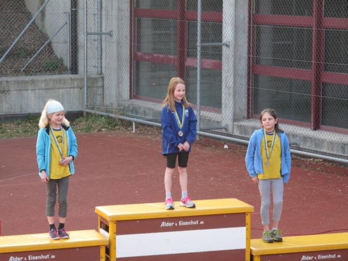 Siegten in ihrer Kategorie: Lisa Kaderli (Mitte) lief bei den Piccolo Modi über einen Kilometer die schnellste Zeit, ...