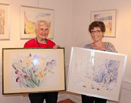 In der Galerie Doktorhaus präsentieren Franziska Finger (links) und Priska  Hebler ihre Blumen- und Landschaftsbilder. (Bild: Verena Holzer)