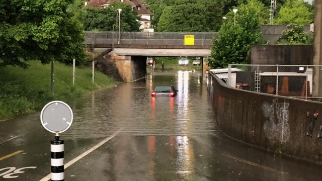 Überschwemmte Unterführung in Münsingen: Innert kurzer Zeit fiel am Samstagabend extrem viel Regen. (Foto: zvg / Feuerwehr Münsingen)