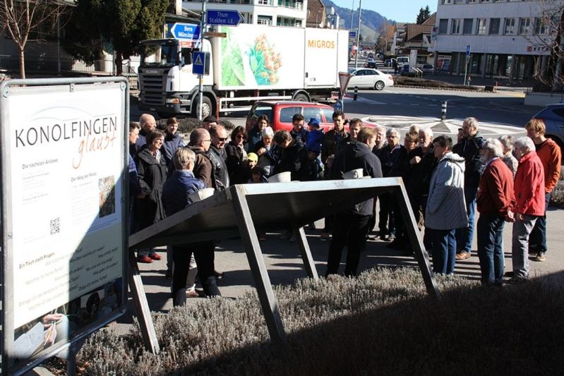 """Der schräge Tisch mit vollen Tassen: Während der Dauer des Projekts """"Konolfingen glaubt"""" ziert er den Kreuzplatz. (Bild: zvg)"""