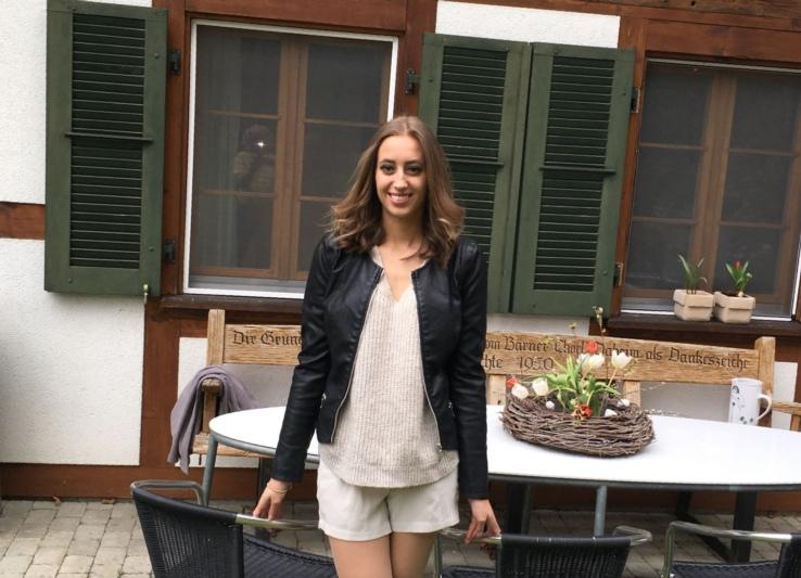 Elena Luise Tanner vor ihrem Zuhause in Walkringen. Bald wird sie sich im grossen Los Angeles zurechtfinden müssen. (Bild: zvg)