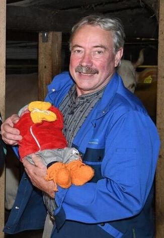Hadorn hält das erste Mal seinen neugeborenen Enkel auf dem Arm. (Bild: Res Reinhard)