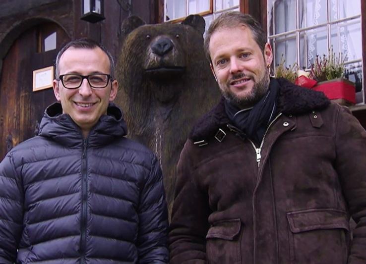Wirt Ricardo Perpétua (links) und Stammgast Fabian Ramseier. Die Dreharbeiten für die Sendung fanden schon im Dezember statt - bei noch winterlichen Temperaturen. (Bild: zvg)