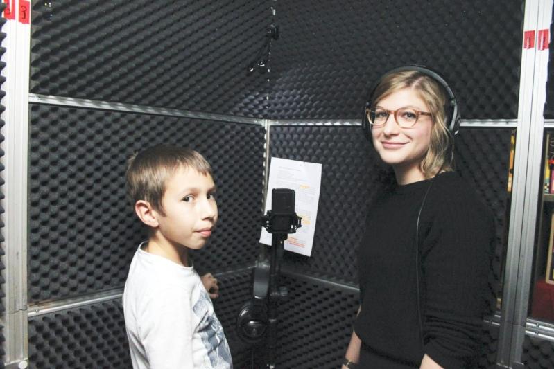 Levi Schmied als Phips und Nina Reber als Mutter während den letzten Tonaufnahmen. (Bilder: Willi Blaser)