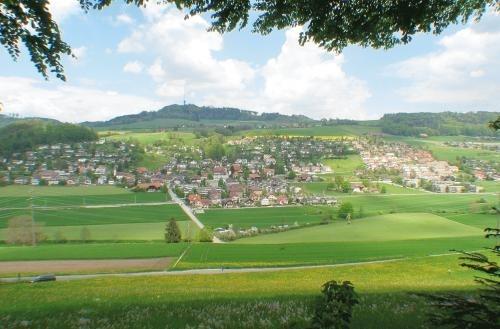 Blick vom Utzlenberg auf Stettlen. Die neue Veloroute soll zwischen Worb und Deisswil durch das Worblental führen. (Bild: Stettlen.ch)