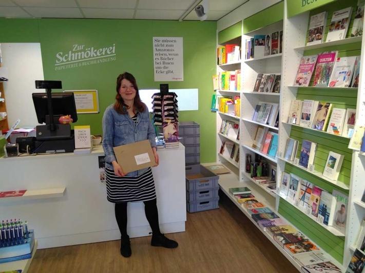 Verschickt ab jetzt auch online bestellte Bücher: Barbara Brun von der Schmökerei. (Bild: Isabelle Berger)