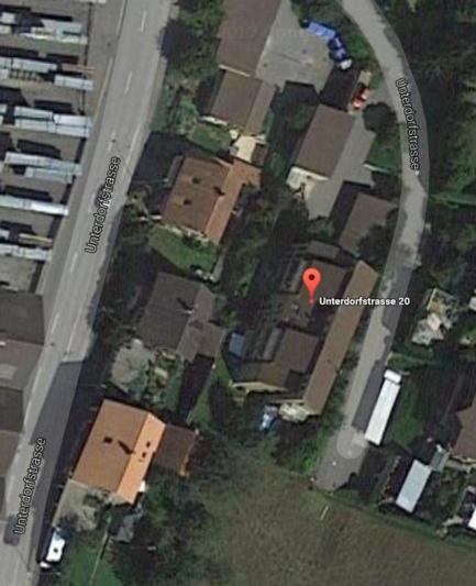 Unter der Liegenschaft an der Unterdorfstrasse 20 befindet sich ein Wehrdienstmagazin und eine Zivilschutzanlage. Diese sollen weiterhin im Besitz der Gemeinde bleiben. Das Wohngebäude wird für 1 350 000 Franken zum Verkauf ausgeschrieben. (Bild: Google Maps)