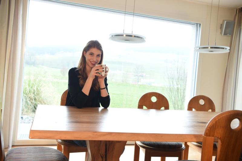 Tea time! Eine Tasse Tee am Esstisch.