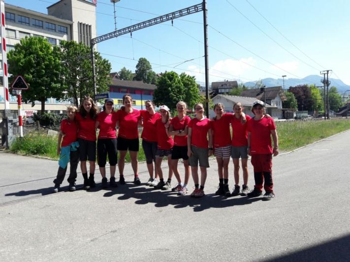 Heute Nachmittag traf die Gruppe in Entlebuch ein: Jugendarbeiterin Nicole Hug (Vierte von links) und Praktikantin Jennifer Beyeler (Dritte von links) mit ihren elf Modi. (Bild: zvg)