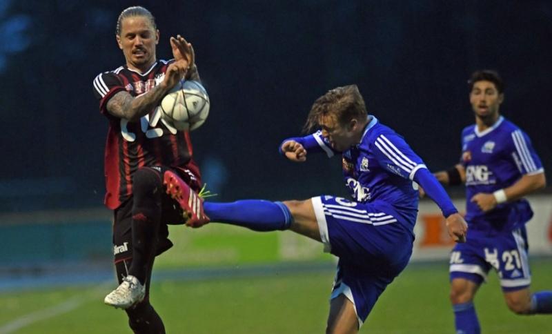 Sandro Christen blockt einen Ball von Yannik Grin ab.