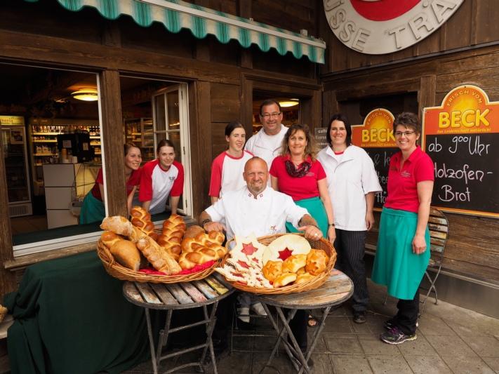 Freuen sich über die Zusammenarbeit: Göla mit Walter Bruderer und dem Team der Bäckerei Bruderer.