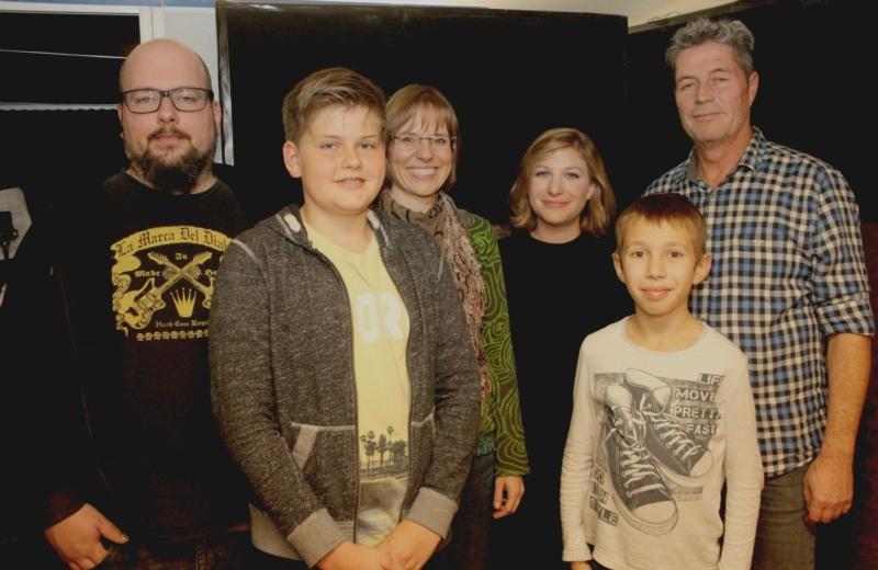 Ein Teil des Teams (v.l.n.r.): Michael Stalder (Tonstudio), Nicola Lehmann (Felix), Mirjam Gygax (Autorin), Nina Reber (Mutter von Phips), Levi Schmied (Phips) und Jack Minnig (Erzähler).