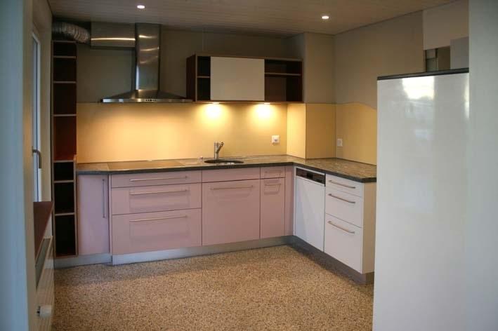 Küche mit Granitabdeckung, Glaskeramikkochfeld mit Touchbedienung, Steamer und Backofen, grosser Kühlschrank und 3 Gefrierschubladen, Terrazzoboden, direkter Zugang auf sonnigen Balkon