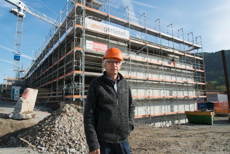 Sucht noch einen Namen für den Gewerbepark: Bauherr Bruno Wittwer vor dem Rohbau. (Bild: Isabelle Berger)