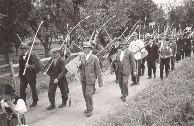 Nach der Gründung: Die Trimsteiner Hornusser am Umzug zur Fahnenweihe. (Foto: PD)