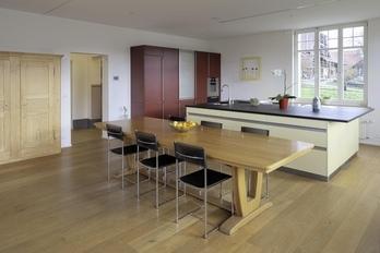 Das ehemalige Schulhaus Mauss: Das Klassenzimmer haben die Käufer zu einer Küche und einem Wohnzimmer umfunktioniert. (Bild: zvg)