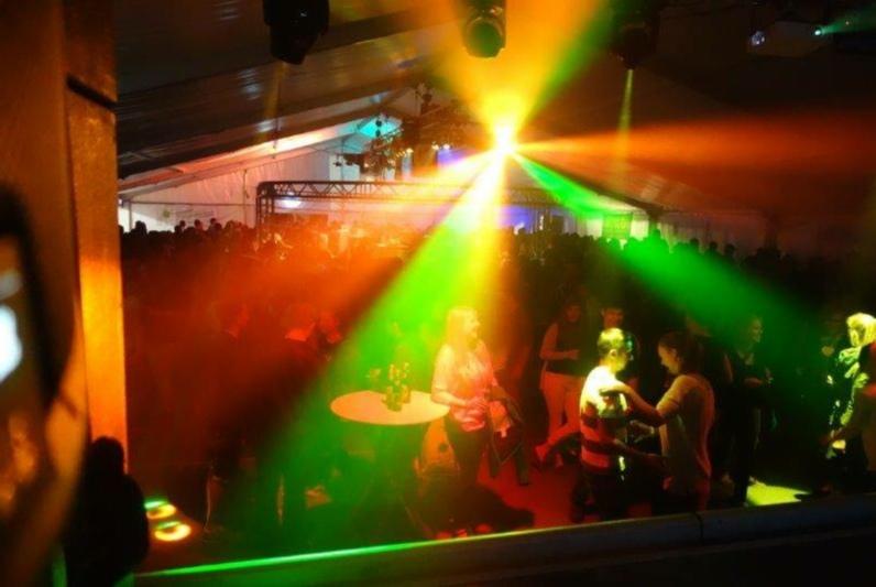 Partystimmung: Am Dorffest Freimettigen werden die Lieblingshits der Festbesucher gespielt. (Bild: zvg)
